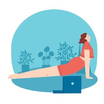 Jeune femme faisant des exercices de yoga avec cours vidéo à la maison