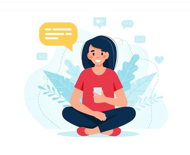 Jeune femme heureuse à l'aide de smartphone
