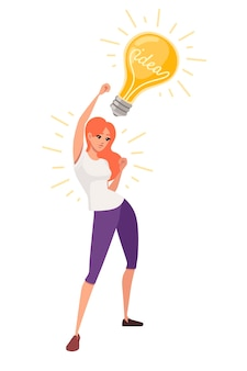 Jeune femme heureuse avec la main levée a un personnage de dessin animé d'ampoule rétro jaune idée