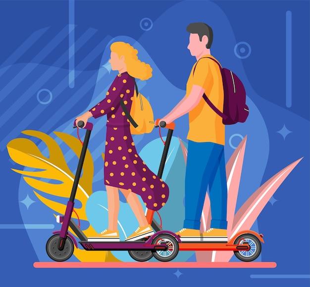 Jeune femme et homme sur scooter de coup de pied. fille et mec avec sac à dos roulant sur scooter électrique.