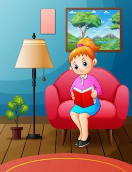 Jeune femme lisant un livre sur une chaise à la maison