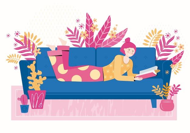 Jeune femme lit un livre allongé sur le canapé dans le salon de la maison. détendez-vous et passez un bon moment à la maison. amateur de livres, lecteur, amateur de littérature moderne. illustration colorée de dessin animé plat.