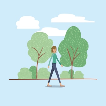 Jeune femme marchant sur le parc