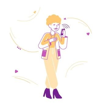 Jeune femme à la recherche sur l'écran du message de lecture de smartphone