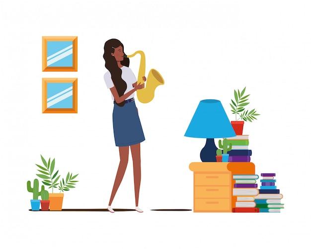 Jeune femme avec saxophone