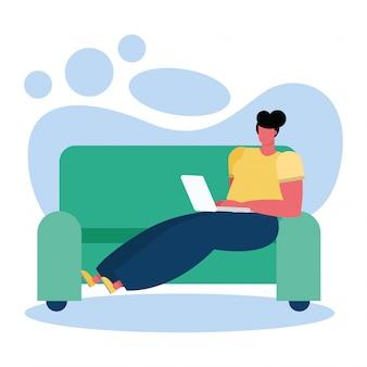 Jeune femme utilisant un ordinateur portable dans le salon