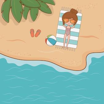 Jeune fille sur la scène de la plage