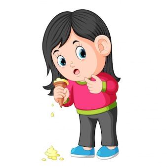 Jeune fille se sentir malheureuse avec la chute de la crème glacée