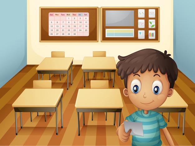 Un jeune garçon à l'intérieur de la salle de classe