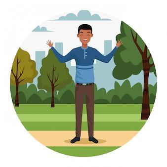 Jeune homme d'affaires dans le parc