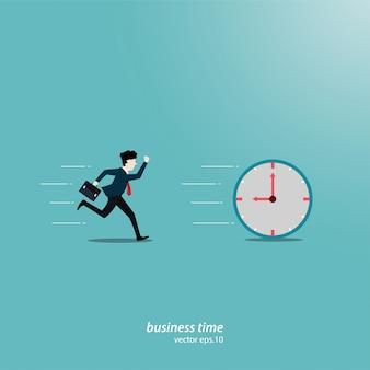 Jeune homme d'affaires s'exécute et concurrence contre l'horloge