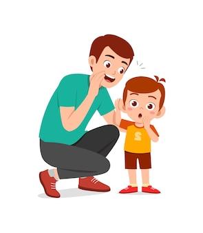 Le jeune homme chuchote le secret au petit garçon mignon