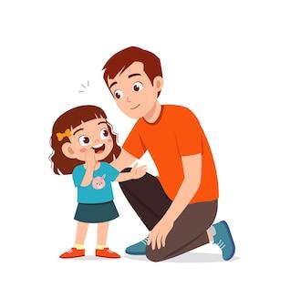 Le jeune homme chuchote le secret à la petite fille mignonne