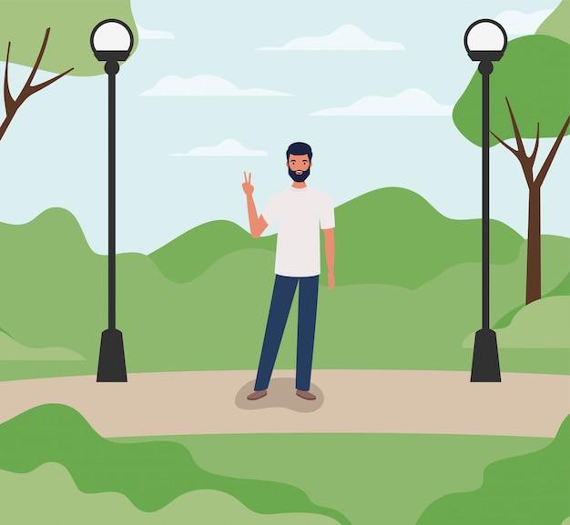 Jeune homme décontracté avec barbe dans le parc