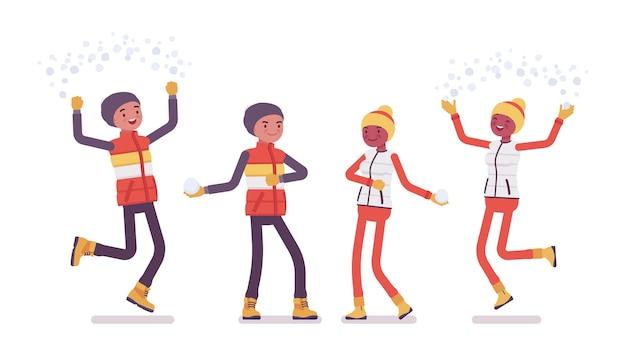 Jeune homme heureux, femme apprécie les activités de plein air hivernales, s'amuse sur la station de ski, passe des vacances actives, le tourisme hivernal et les loisirs