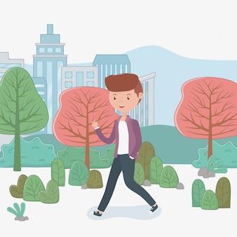 Jeune homme marchant dans le parc