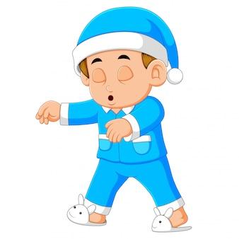 Un jeune homme en pyjama somnambule