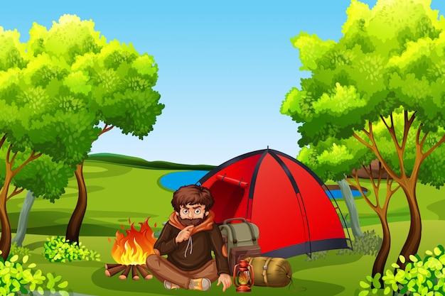 Jeune mancamping en forêt