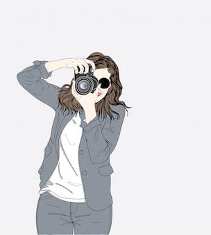Un jeune photographe est titulaire d'un appareil photo élégant