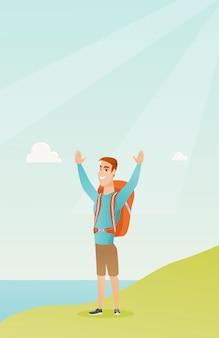 Jeune touriste appréciant le paysage avec les mains en l'air.