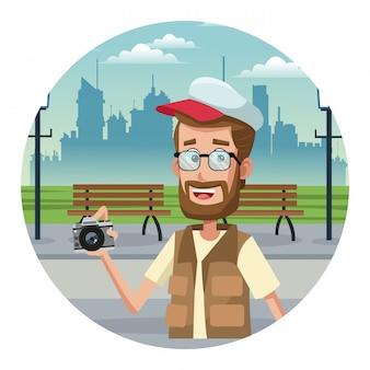 Jeune touriste à la ville