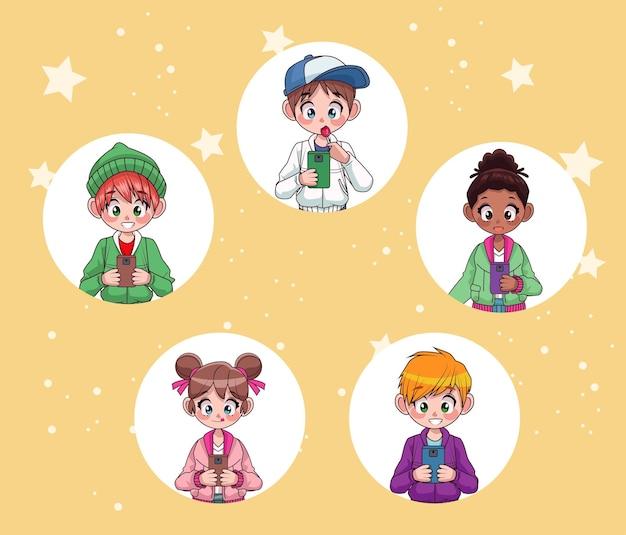 Jeunes adolescents interraciaux enfants utilisant des personnages de smartphones