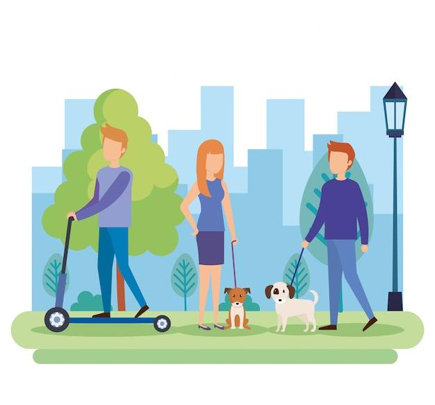 Jeunes avec des chiens dans le parc