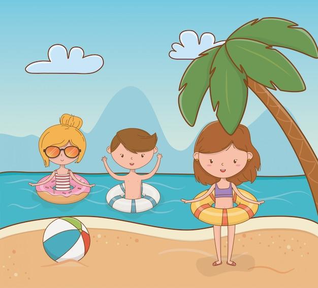 Jeunes enfants sur la scène de la plage
