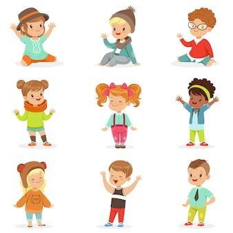 Jeunes enfants vêtus de vêtements de mode pour enfants mignons, ensemble d'illustrations avec enfants et style