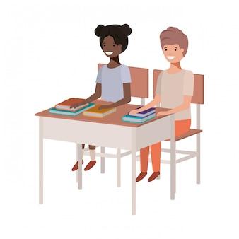Jeunes étudiants assis au banc d'école