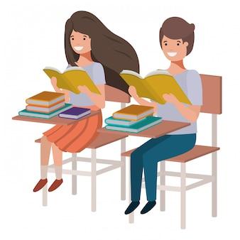 Jeunes étudiants lisant au banc d'école