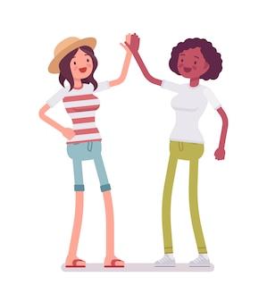 Jeunes femmes donnant haut cinq