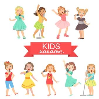 Jeunes filles chantant en karaoké