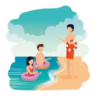 Jeunes avec des flotteurs sur la plage