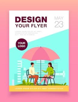 Jeunes gens assis dans le café de la rue et modèle de flyer parlant