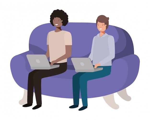 Jeunes hommes assis sur un canapé avec personnage d'avatar d'ordinateur portable