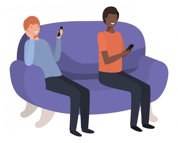 Jeunes hommes assis sur un canapé avec le personnage avatar de smartphone