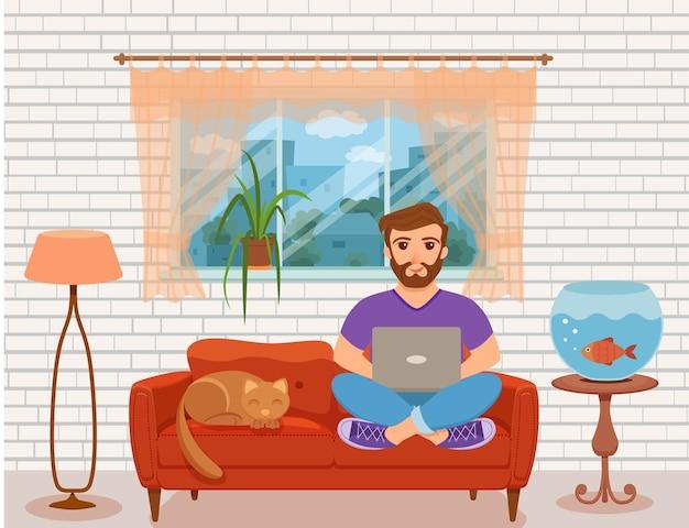 Jeunes hommes heureux indépendants travaillant sur le canapé dans le salon à la maison