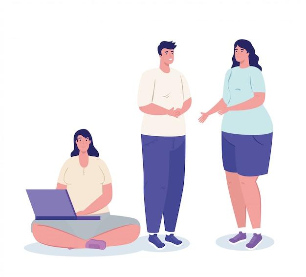 Jeunes, réunion parlant et utilisant un ordinateur portable