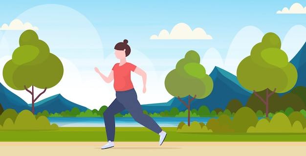 Jogging femme en surpoids fille courir sport activité formation entraînement perte de poids concept parc d'été paysage fond plat pleine longueur horizontal