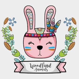 Joli animal tribal de lapin avec des plumes et ruban