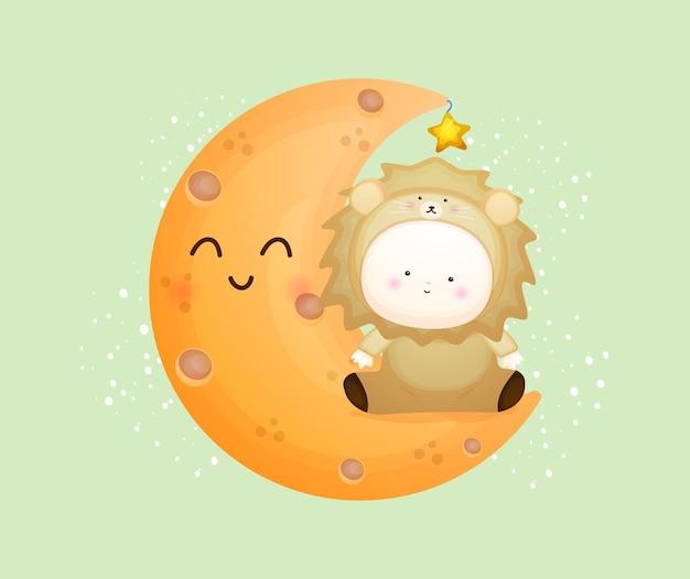 Joli bébé en costume de lion assis sur la lune. illustration de dessin animé de mascotte vecteur premium