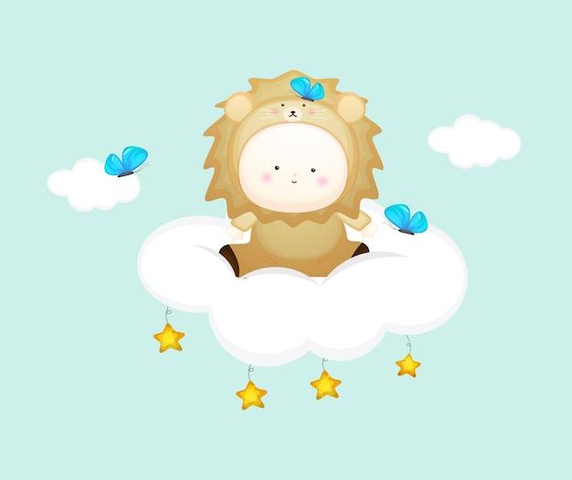 Joli bébé en costume de lion assis sur le nuage. illustration de dessin animé de mascotte vecteur premium