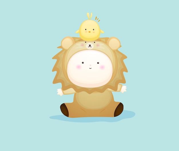 Joli bébé en costume de lion jouant avec des poussins. illustration de dessin animé de mascotte vecteur premium