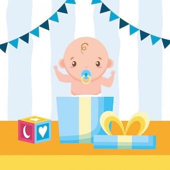 Joli bébé sortant d'une boîte-cadeau