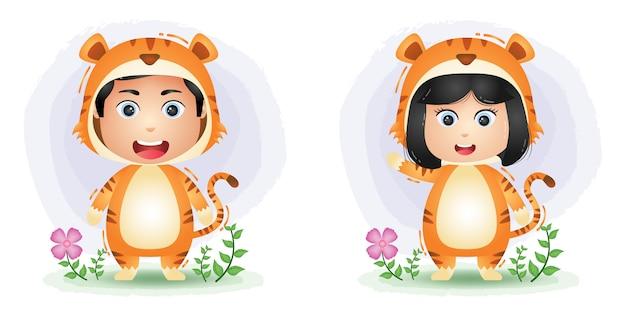 Joli couple utilisant le costume de tigre