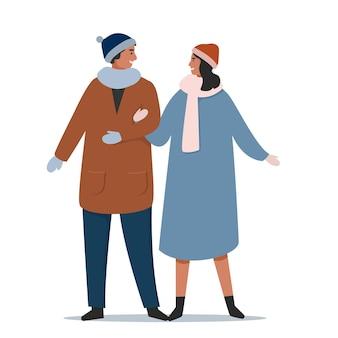 Joli couple en vêtements d'hiver dans la rue
