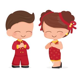 Joli jeune couple en costume traditionnel de nouvel an chinois rouge isolé