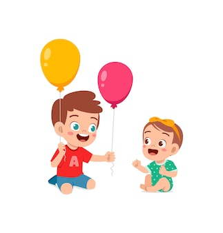 Joli petit garçon joue au ballon avec son petit frère