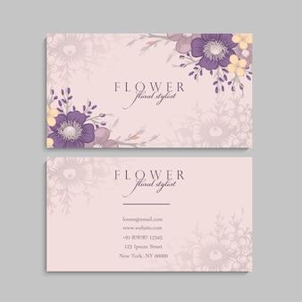 Jolie carte de visite florale avec des fleurs violettes